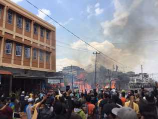 Kobaran Api Hanguskan Sejumlah Asrama Polisi di Tembilahan