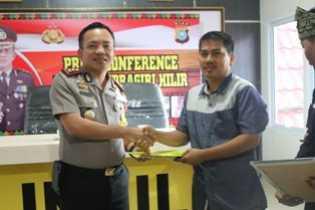 Kapolres dan Kasat Res Narkoba Dianugerahi Penghargaan oleh DPC Granat Inhil