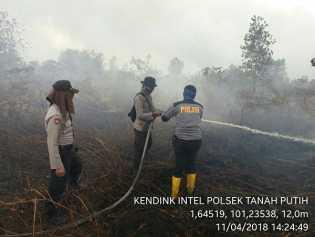 Personil Polres Rohil Padamkan Kebakaran Lahan, Ini Lokasinya