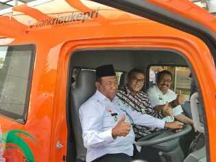 Tingkatkan PAD Daerah Bank Riau Kepri Serahkan 4 Unit Mobil Samsat Keliling