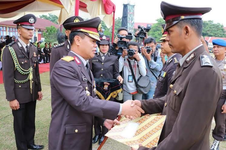 Polisi Inhil Ajarkan Baca Tulis di Desa Simpang Gaung Dapat Penghargaan Kapolda Riau