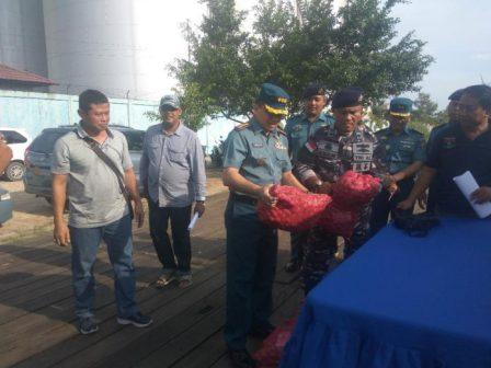 Melalui Jalur Tikus, 300 Karung Bawang Merah Ilegal Diamakan Lanal Dumai