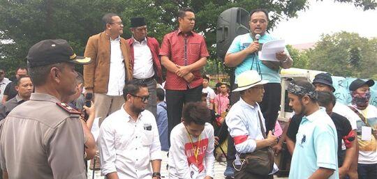 Ratusan Sopir Angkutan Online Di Riau Datangi DPRD Riau Minta Solusi
