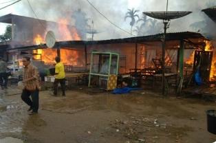 Kebakaran di Teluk Kiambang Inhil, 5 Bangunan Hangus