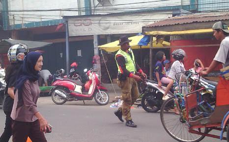 Jamil Pemuda Inhil Ini Berinisiatif Bantu Polisi Atur Kemacetan Lalin
