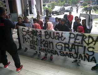 Repdem Tuntut Pemerintah Daerah Gratiskan Biaya Pendidikan di Riau
