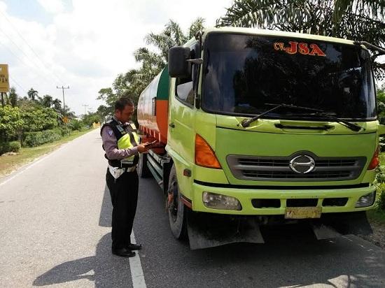 Satlantas Polsek Bungaraya Tilang Mobil Pengangkut CPO PT TKWL