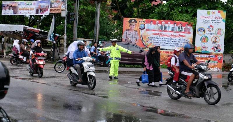 Tak Perduli Hujan Gerimis, Polisi di Inhil Tetap Aturan Lalu Lintas