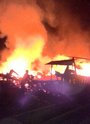 Kebakaran Hebat Musnahkan 4 Rumah di Desa Kudap Meranti