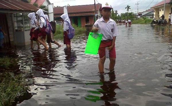 Banjir Rob Rendam Sekolah dan Pertokoan di Dumai