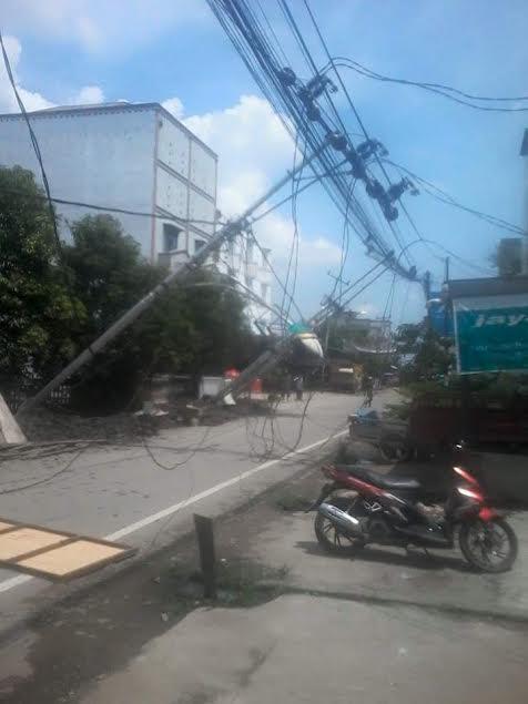 Akibat Proyek Drainase, Tiang PLN Inhil Tumbang