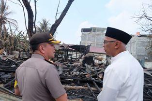Asrama Polisi Hangus Terbakar, Pj Bupati Inhil Serahkan Bantuan kepada Kapolres