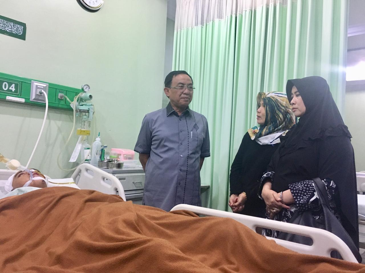 Bupati Wardan Besuk Bayu Alfasah Di RS Islam Ibnu Sina, Pekanbaru