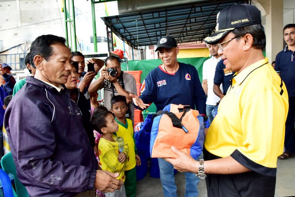 Wardan Serahkan Bantuan Kepada Korban Kebakaran