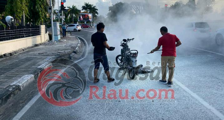 Knalpot Putus, Sepeda Motor di Pekanbaru Terbakar Hebat di Jalan Sudirman
