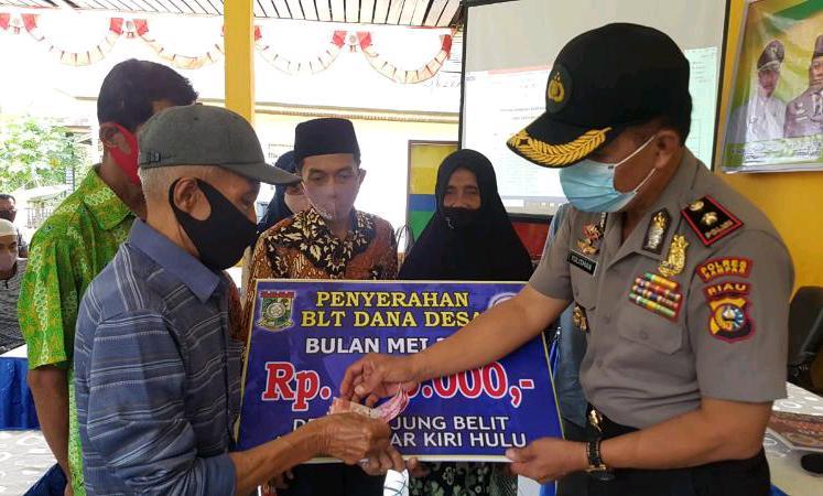 Kapolsek Kampar Kiri Saksikan Penyerahan BLT-DD di Desa Tanjung Belit