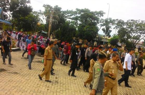 Tuntut Pencairan Beasiswa, Ratusan Mahasiswa Meranti Kepung Kantor Bupati
