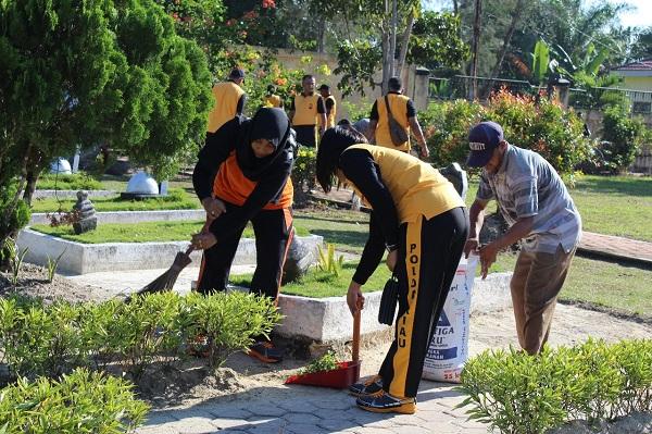 Rayakan HUT Bhayangkara ke 72, Polres Dumai Bersih-bersih Makam Pahlawan