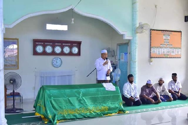 Wabup SU Ikut menyolatkan Almarhumah Nur Khairiah KA UPTD Dukcapil Tempuling